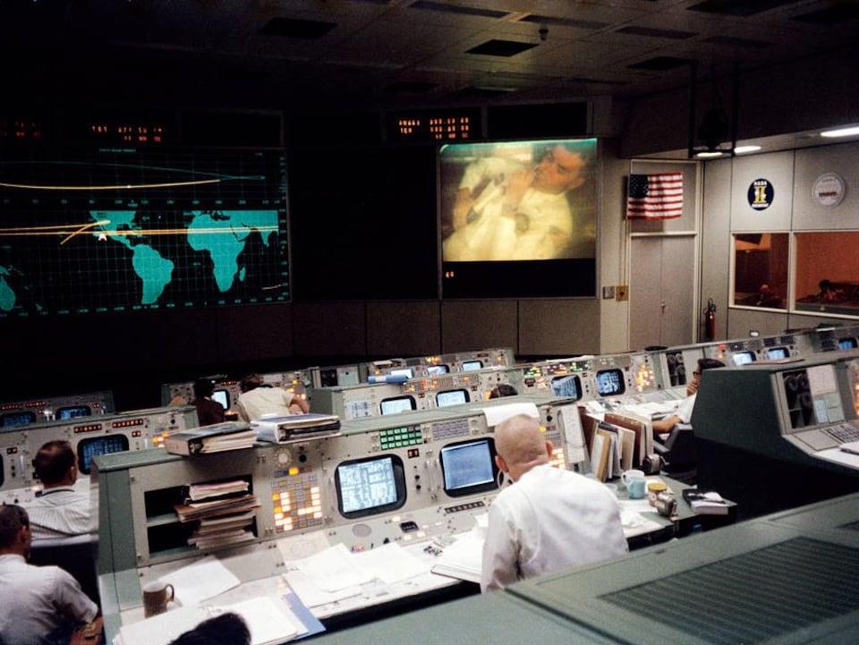 Le centre de contrôle de la NASA à Houston, pendant la crise, le 13 avril 1970.