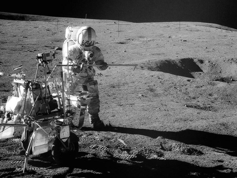 L'astronaute Alan B. Shepard recueille des échantillons de roches lunaires, le 6 février 1971.
