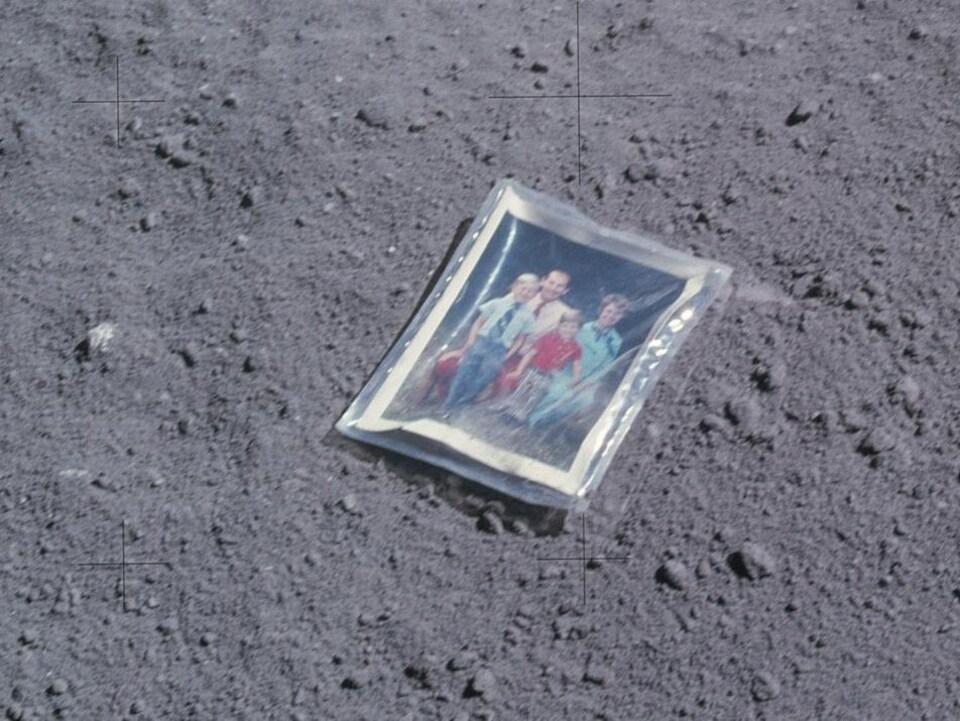 Une photo de famille laissée sur la surface lunaire par l'astronaute Charles Duke.