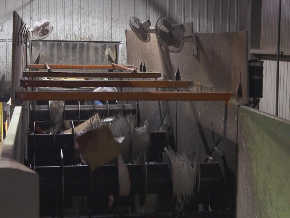 On voit les machines utilisées dans un centre de tri. La matière est triée et décortiquée.