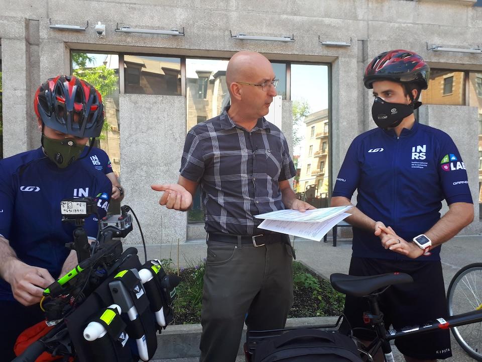 M. Apparicio est accompagné de deux cyclistes-chercheurs de l'INRS en combinaison.
