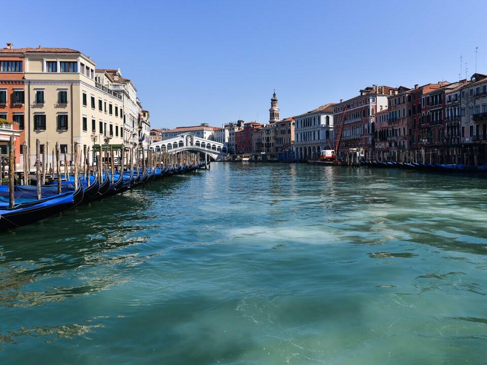 Le Grand Canal de Venise est vide.