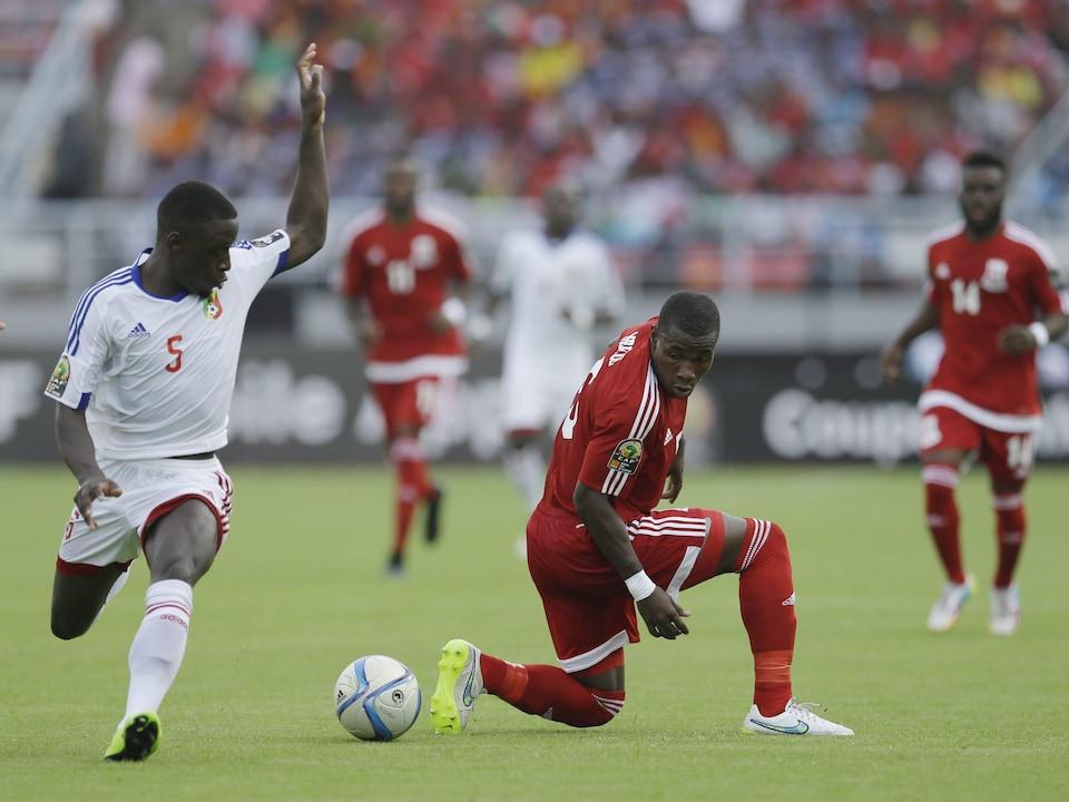 Deux joueurs de soccer se battent pour un ballon.