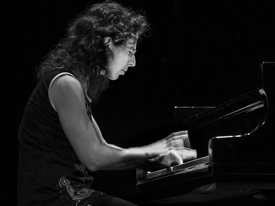 Marianne Trudel en noir et blanc.