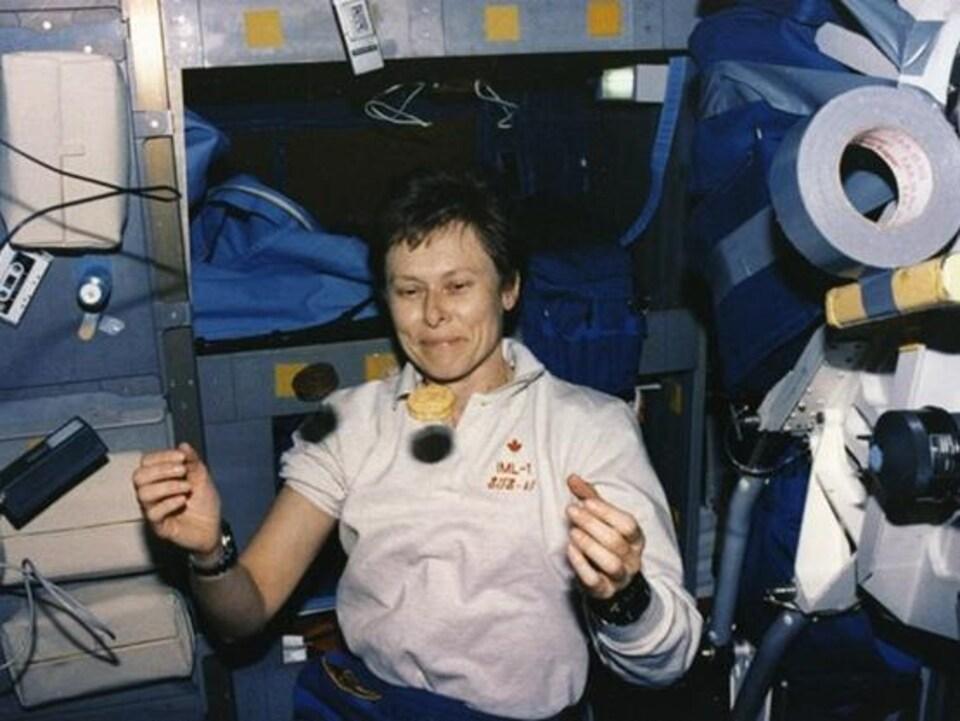 Roberta Bondar, le 22 janvier 1992. L'astronaute est la première femme canadienne dans l'espace.