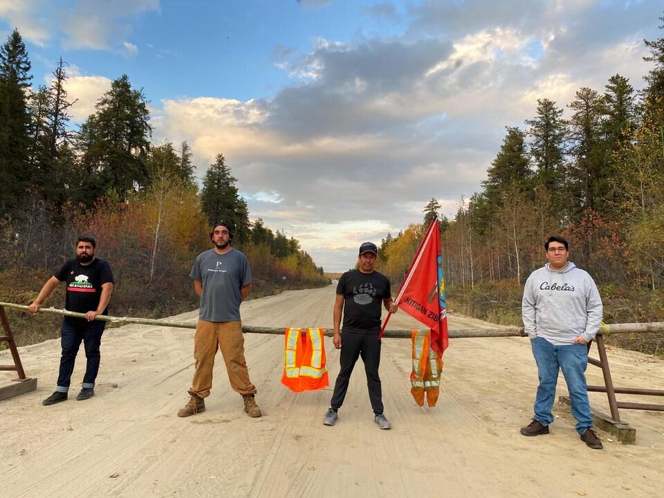 Shady Hafez, Zach Whiteduck, Andrew Dewache et le chef de Kitigan Zibi, Dylan Whiteduck, sont devant une des barrières dans la réserve faunique La Vérendrye. Ils revendiquent un moratoire sur la chasse à l'orignal.