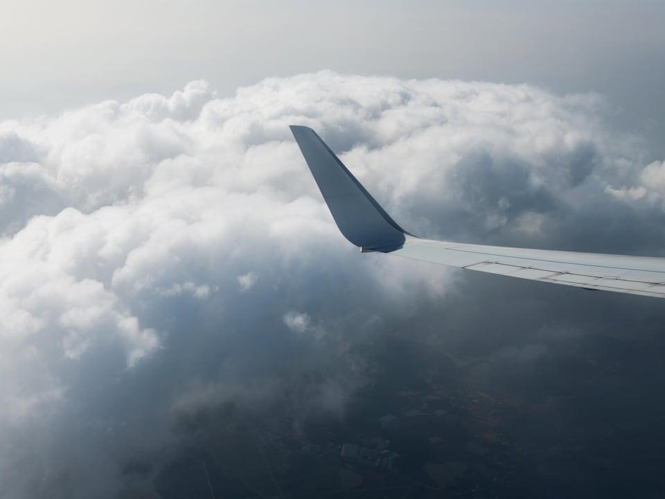 L'aile d'un avion dans les nuages.
