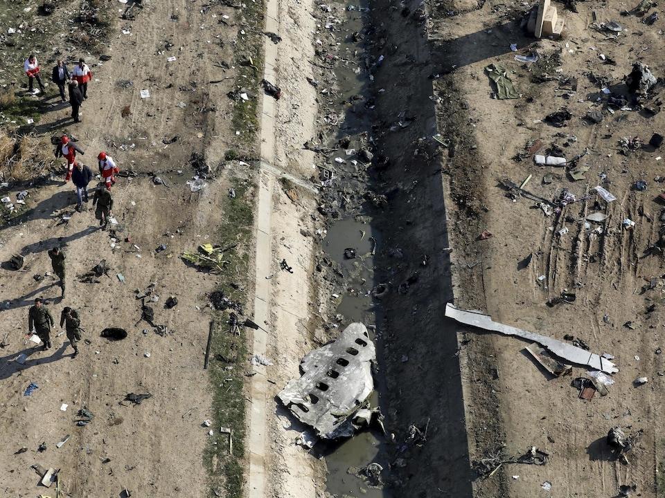 Vue aérienne des débris de l'avion ukrainien après son écrasement en Iran.