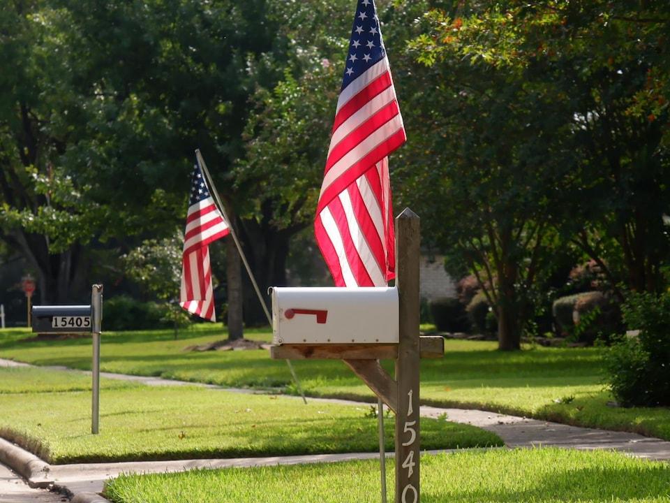 Des drapeaux plantés sur des terrains gazonnés.