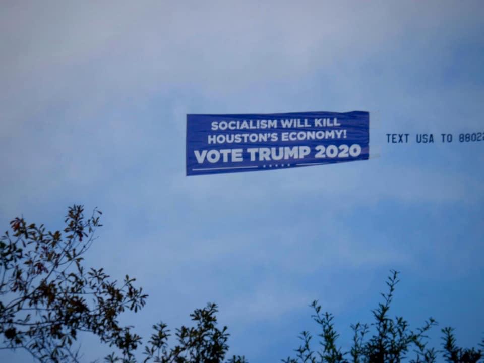 Une bannière dans le ciel.