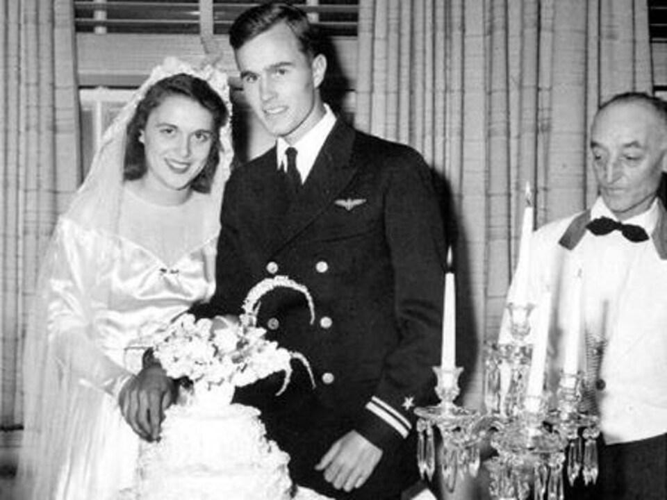 George H. W. Bush et Barbara Pierce coupent leur gâteau de mariage.