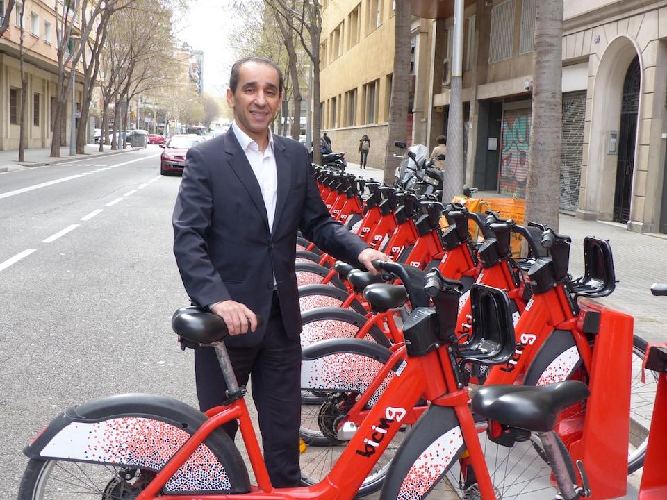 Redha Zetchi, devant une station de vélos en libre-service à Barcelone.