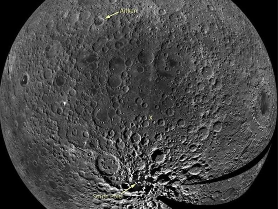 On voit un gros plan de la Lune.