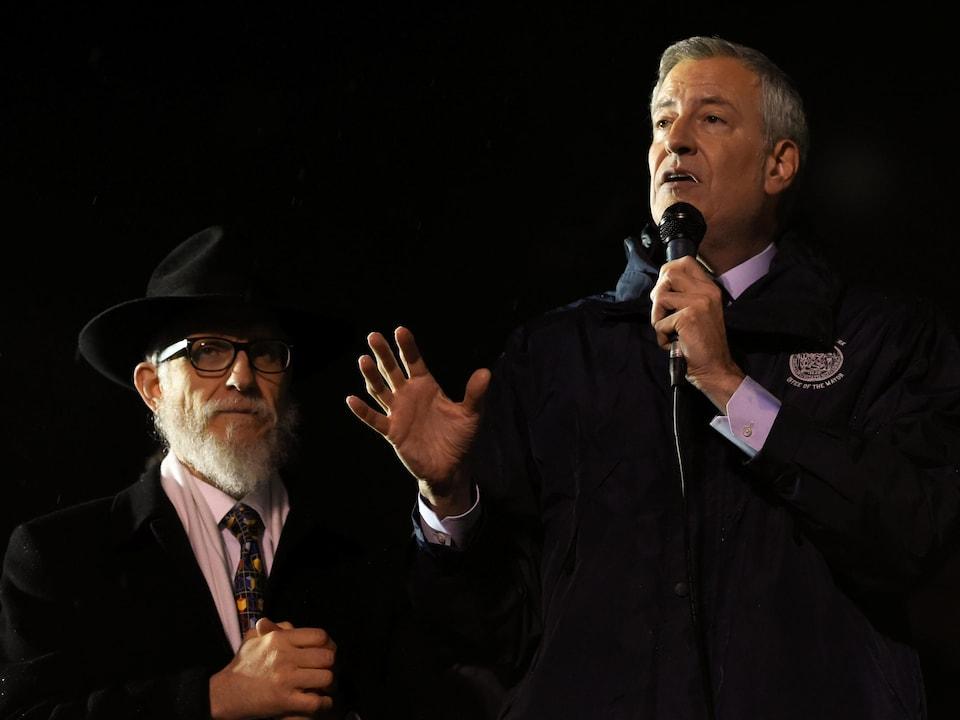 Le maire de New York, Bill de Blasio, prend la parole lors d'un rassemblement au Grand Army Plaza en solidarité avec les victimes d'une agression antisémite.