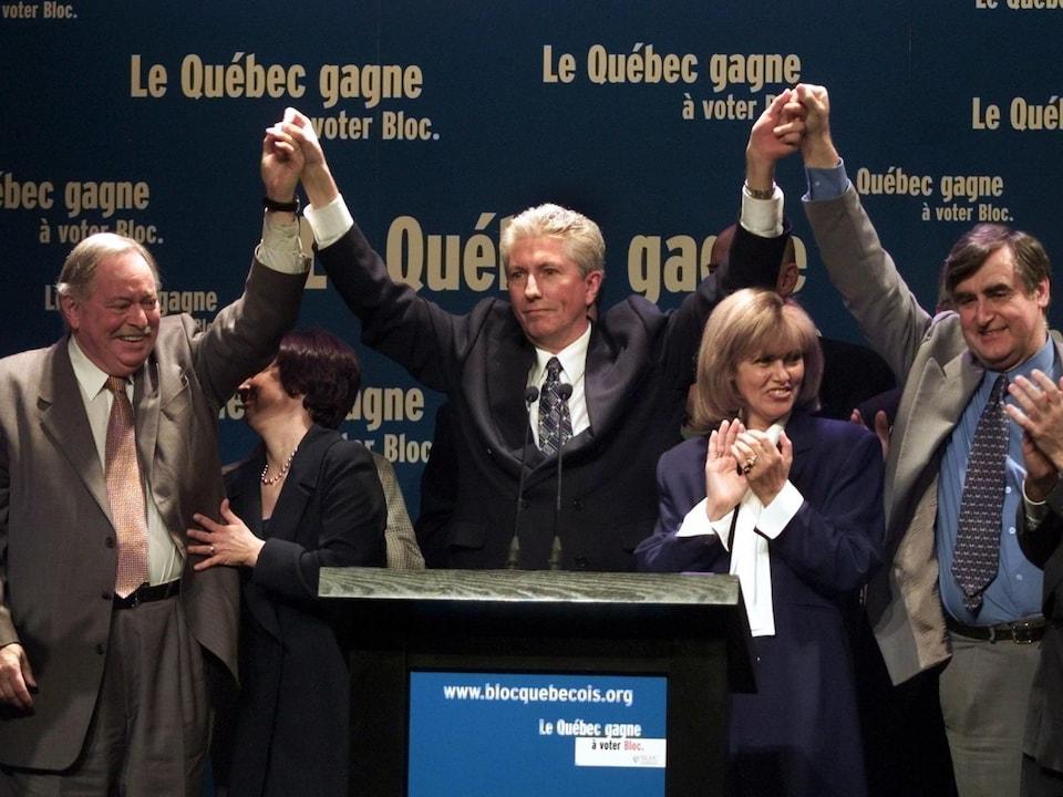 Les trois hommes lèvent leurs bras.