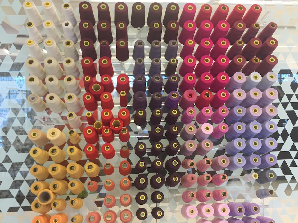 De nombreuses bobines sur un mur.