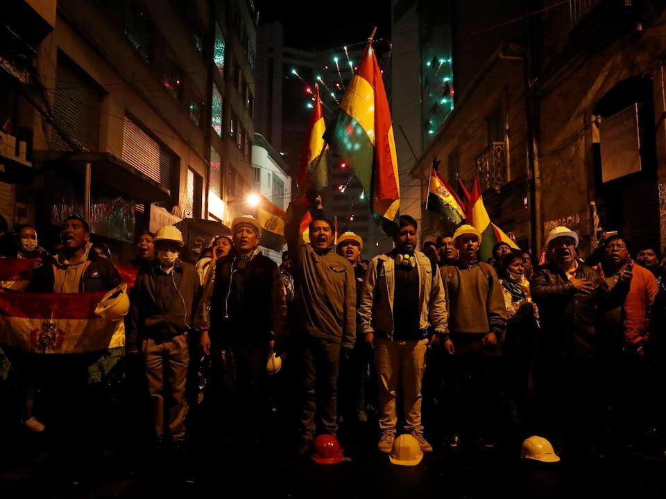 De nombreuses personnes prenaient part à une manifestation contre le président de la Bolivie, Evo Morales, le soir du 8 novembre 2019, à La Paz.