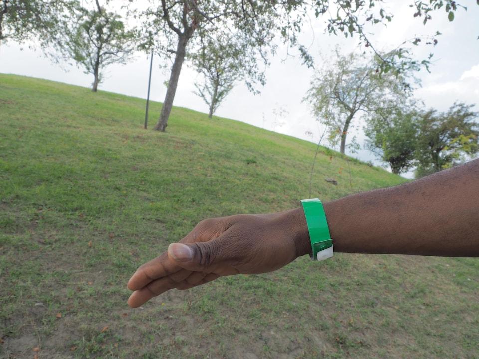 James a traversé les Amériques pour se retrouver au stade olympique, bracelet de plastique au poignet, en attente d'un statut.
