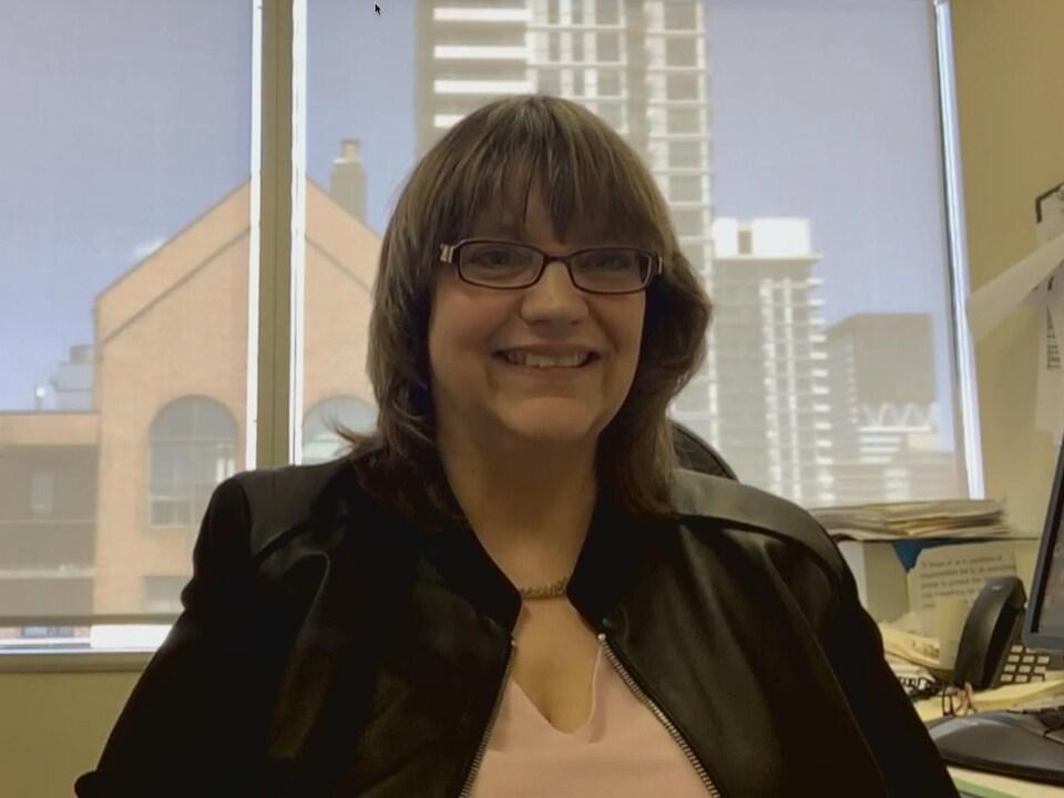 Brenda McPhail dans son bureau, au travail.