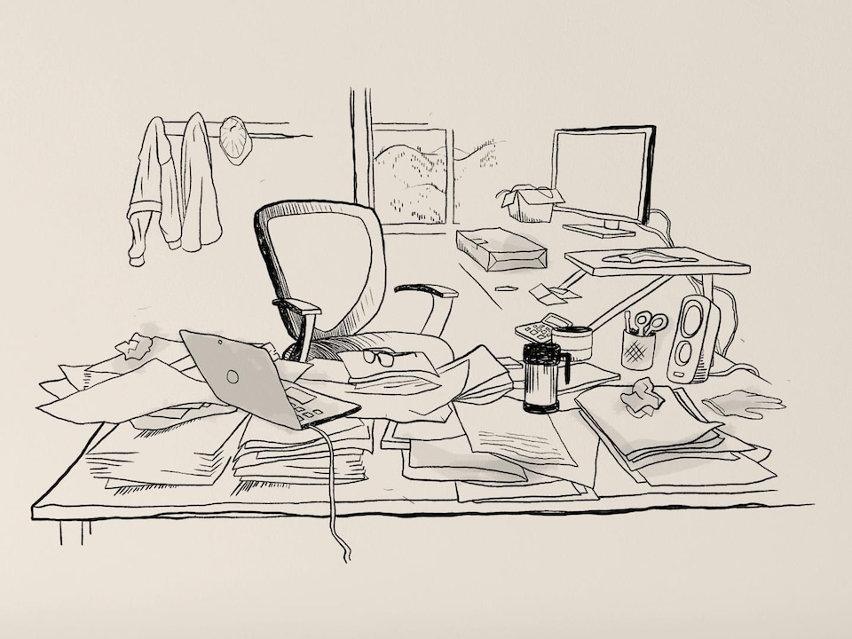 Une chaise vide dans un bureau où reposent des piles de documents en désordre