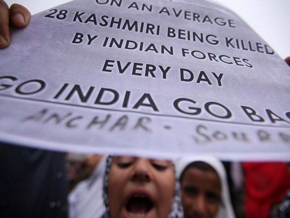 Une jeune Cachemirie proteste contre la décision de l'Inde