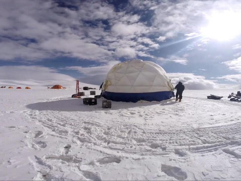Le camp de recherche situé au sommet Guliya au Tibet.