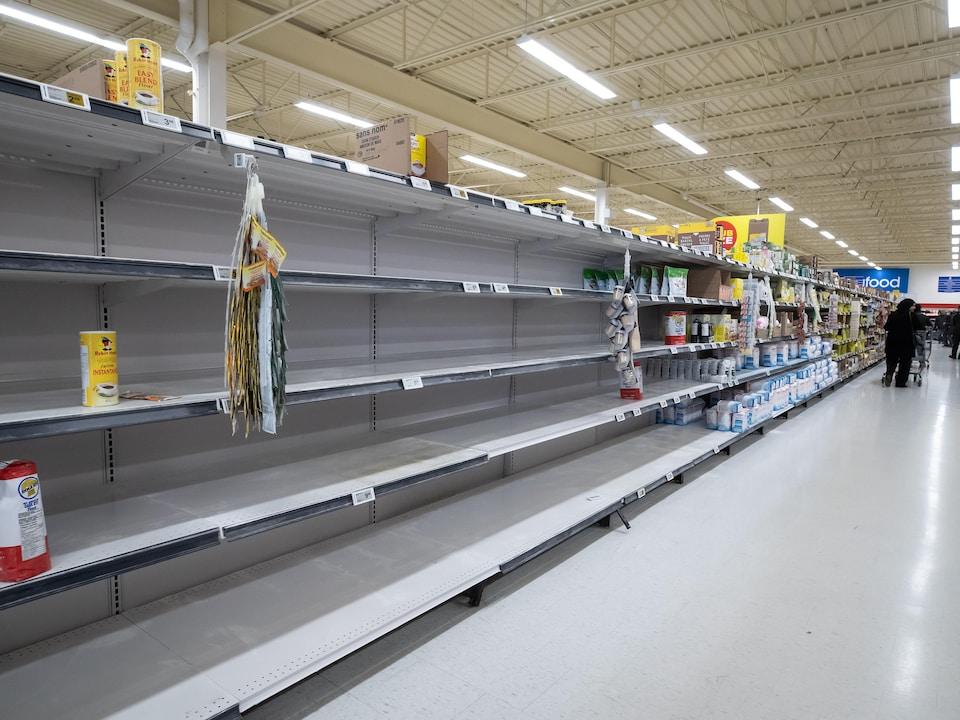 Des étagères vides dans une épicerie de Colombie-Britannique.