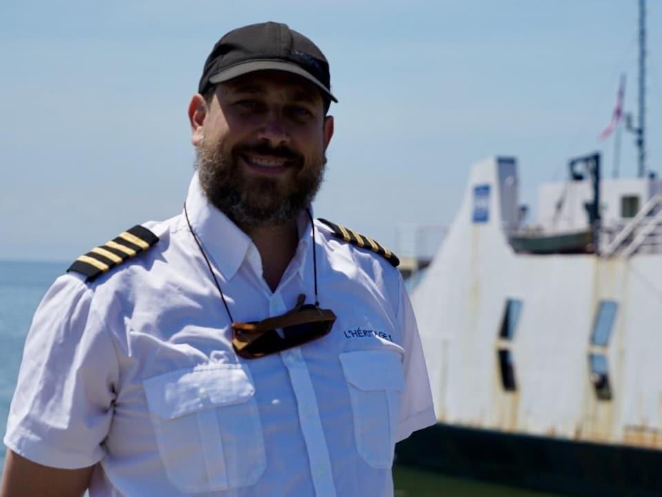 Le capitaine Jean-Philippe Denis-Rioux photographié devant le traversier.