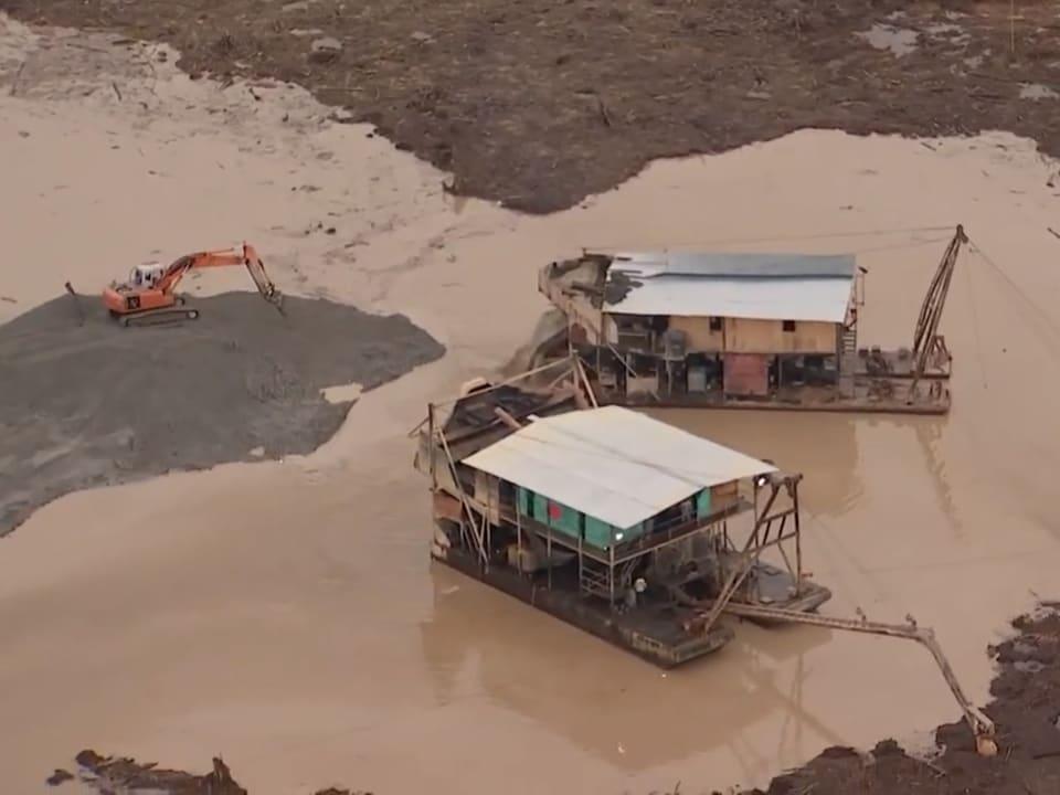Des équipements sur un site minier boueux.
