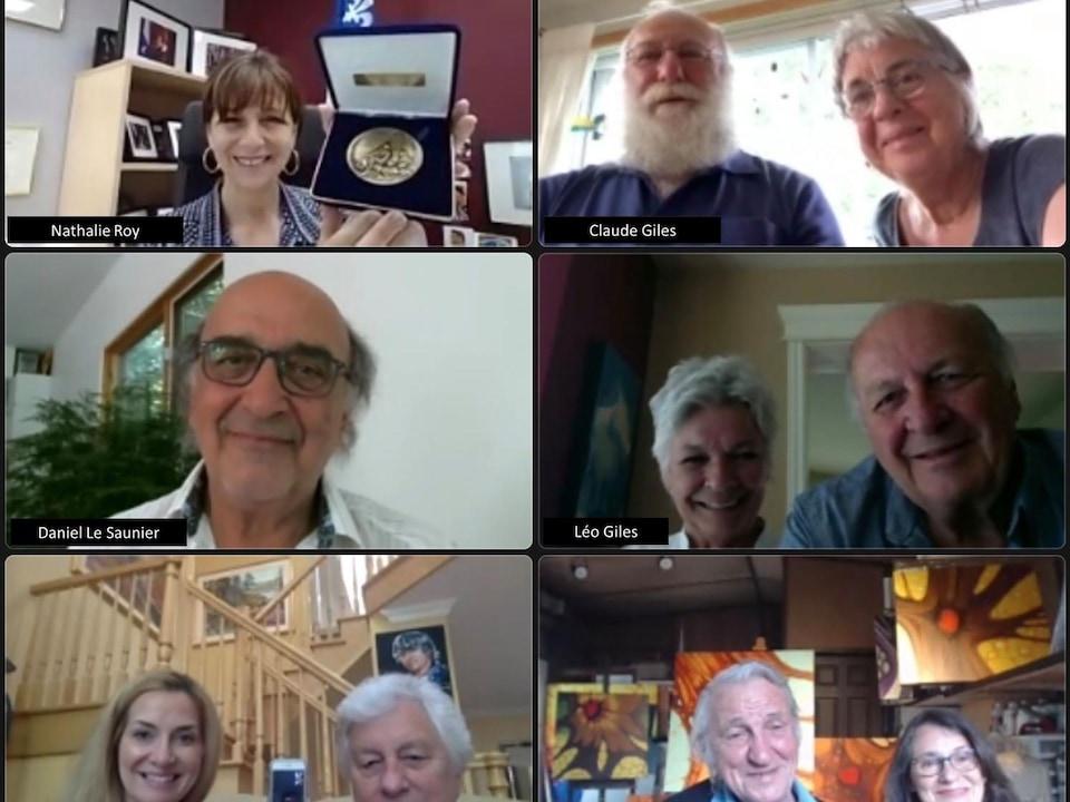 Des gens dans une discussion virtuelle.