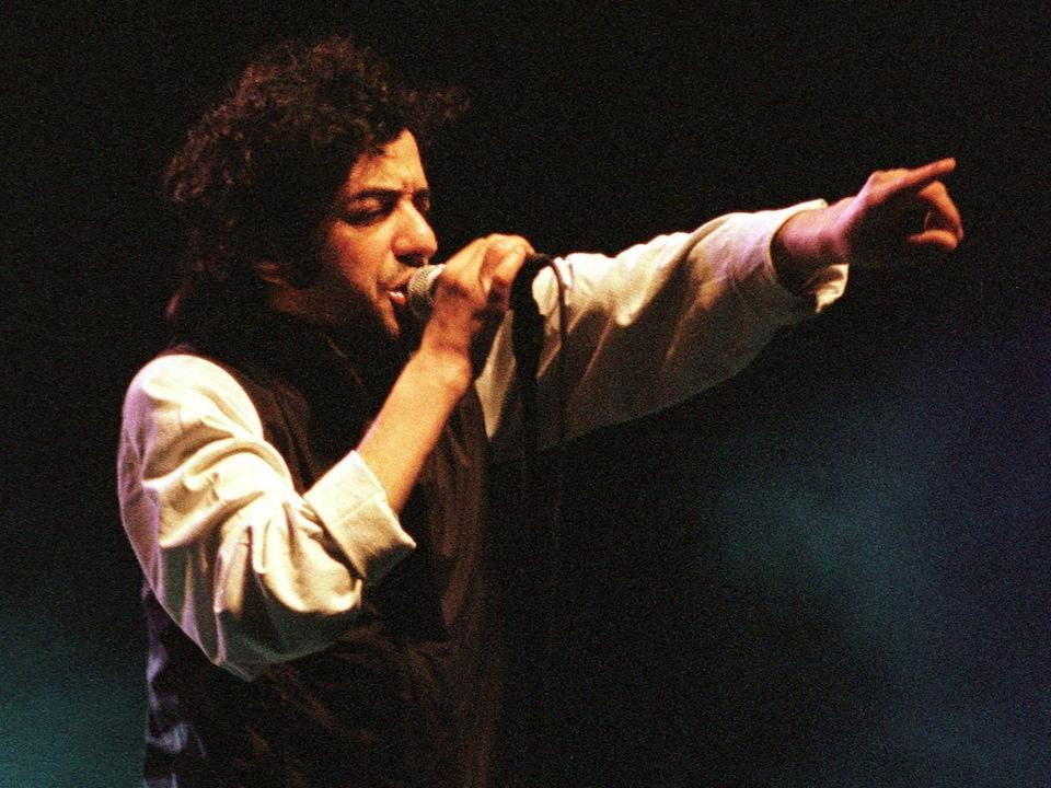 Le chanteur franco-algérien Rachid Taha en spectacle.