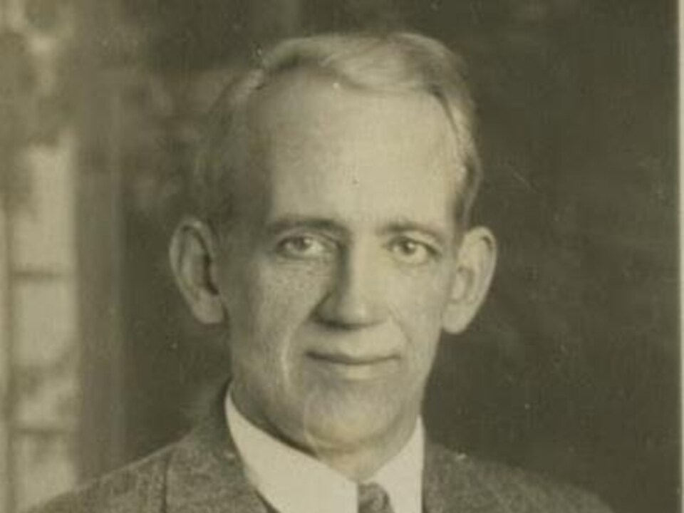 Une photo en noir et blanc d'un homme.