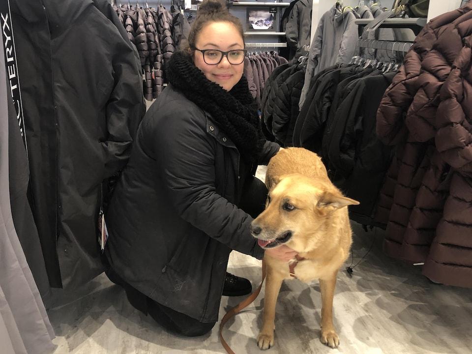 Une femme avec un chien dans un magasin