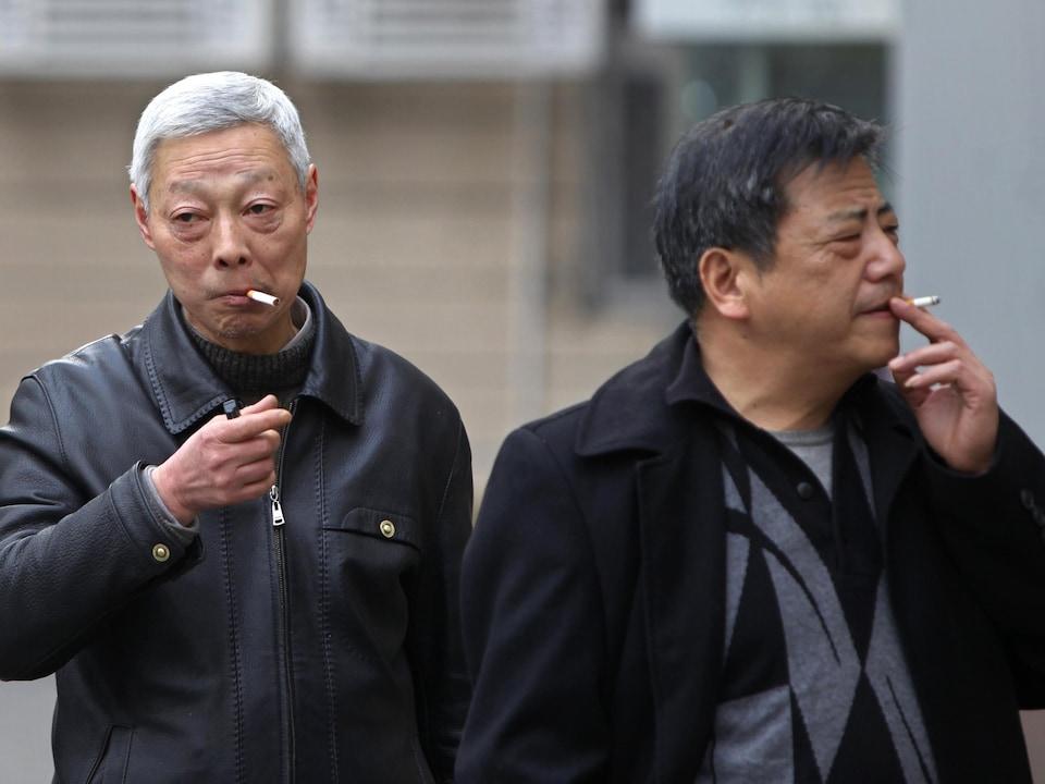 Deux fumeurs chinois.