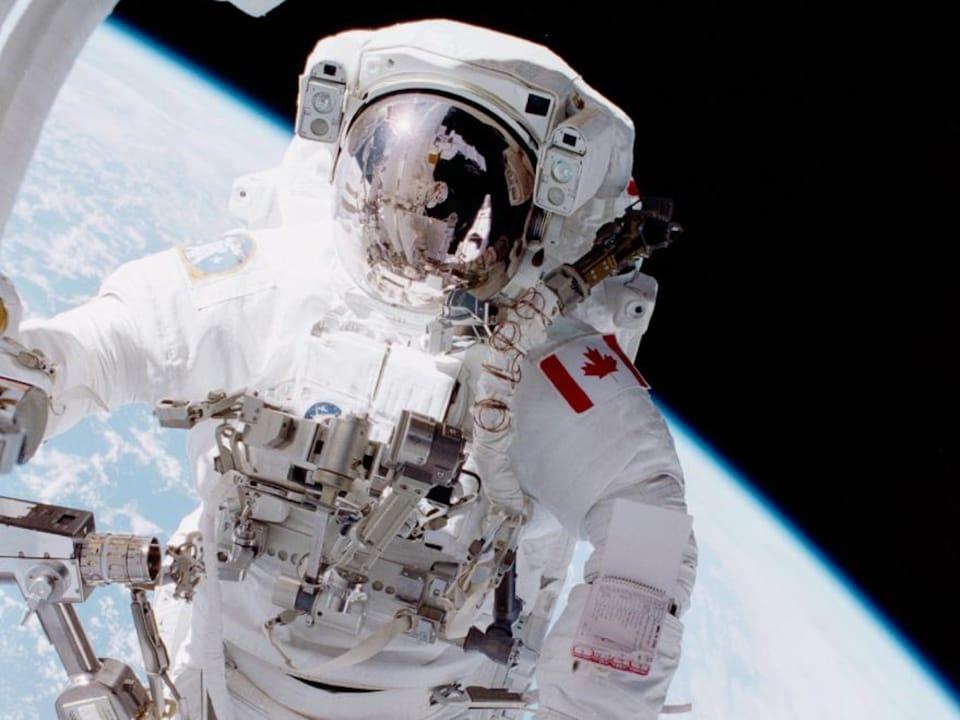 L'astronaute Chris Hadfield dans l'espace.