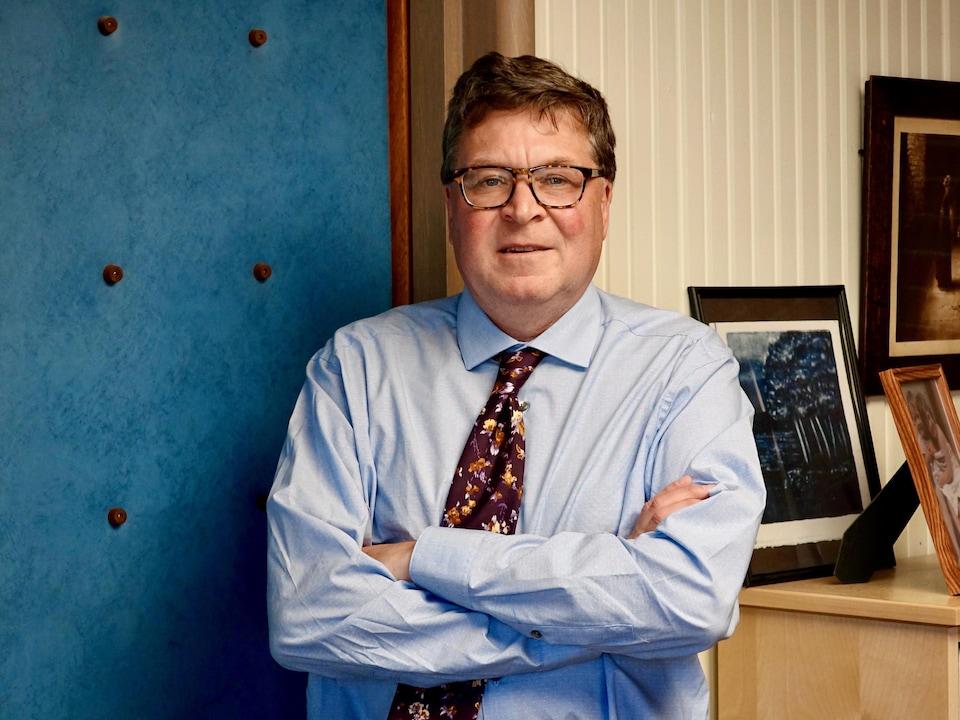 Christopher Adams est debout dans son bureau de l'Université du Manitoba.