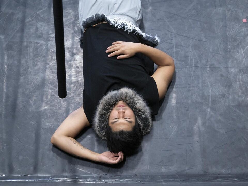 Christopher Angatookalook allongé au sol.
