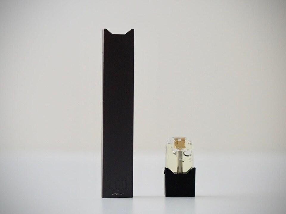 La cigarette électronique Juul posée sur une table.