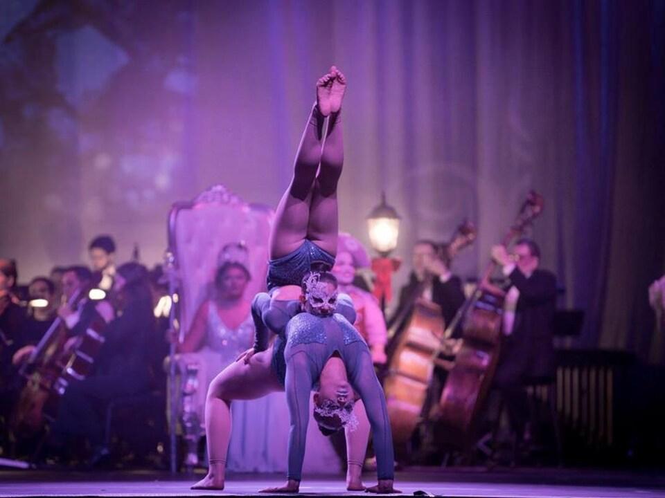 Des acrobates et des musiciens sont sur scène.