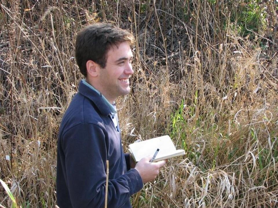 Clément Bataille dans un champ.