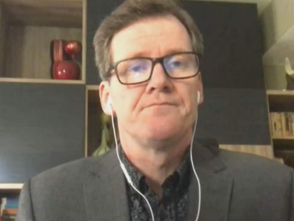Le président-directeur général du Conseil national des lignes aériennes du Canada, Mike McNaney dans un bureau.