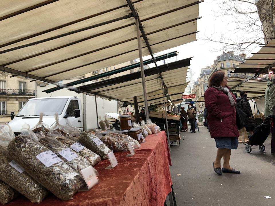 Un étal d'un marché.