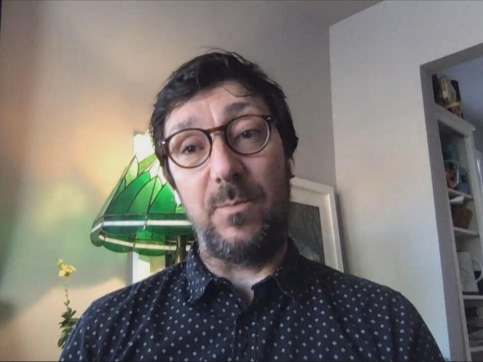 Stéphane Roche dans son salon lors d'une entrevue via Skype.