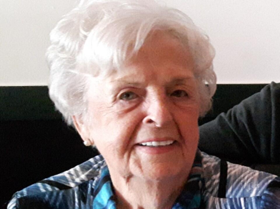 Gisèle Roy, souriante à la caméra.