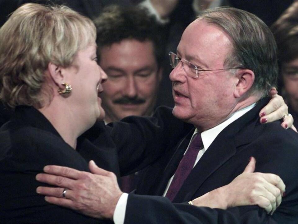 Pauline Marois et Bernard Landry se font l'accolade.