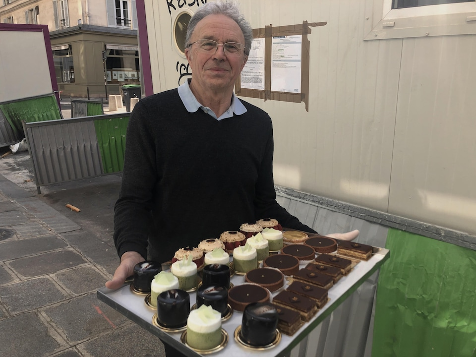 Jacques Toutain présente un plateau de pâtisseries.