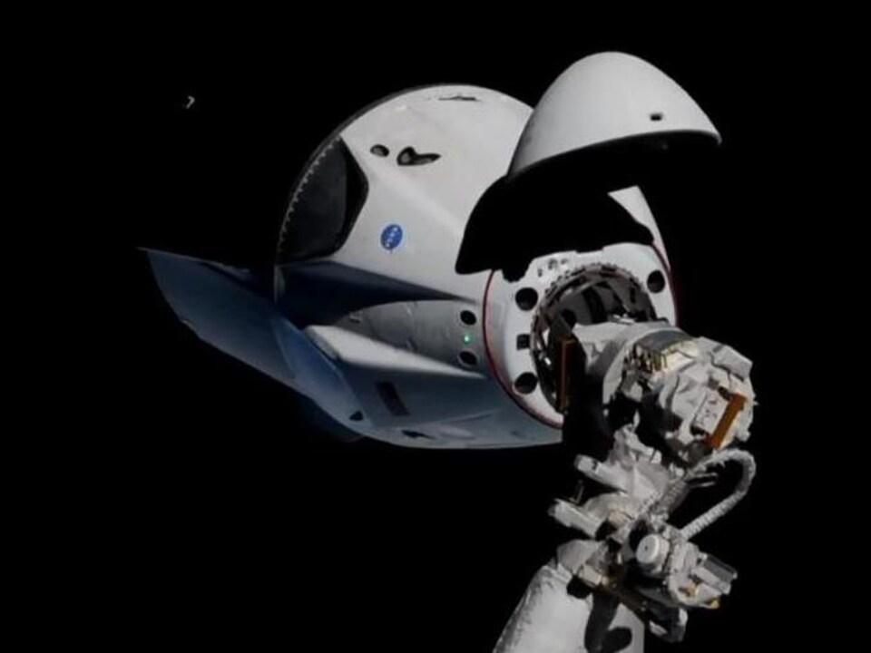La capsule Crew Dragon de SpaceX s'approchant de la Station spatiale internationale.