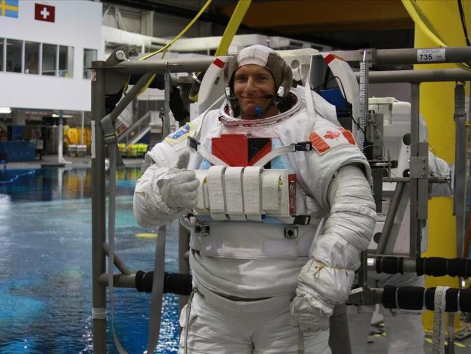 David Saint-Jacques prêt pour une formation sur les sorties dans l'espace dans le Laboratoire de flottabilité nulle de la NASA, à Houston.