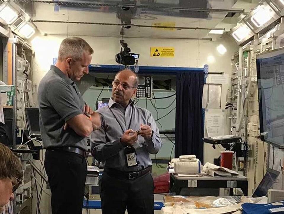 La SSI est un grand laboratoire. David Saint-Jacques a donc appris à utiliser correctement l'équipement servant à prélever des échantillons.