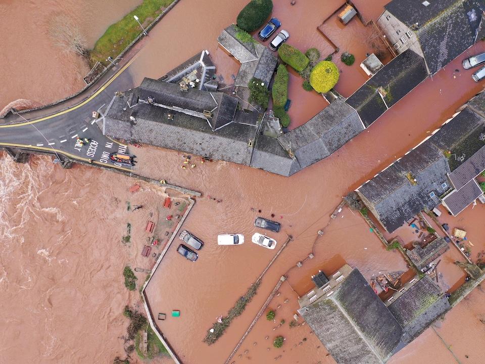 Vue aérienne du village inondé de Crickhowell.